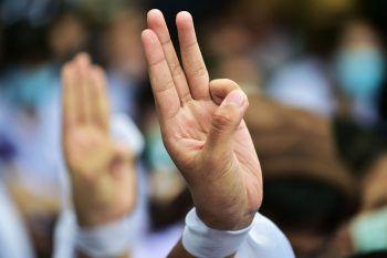 <p>Bangkok. Protest: Schüler protestieren mit dem Drei-Finger-Gruß gegen die vom Militär dominierte Regierung Thailands.</p>