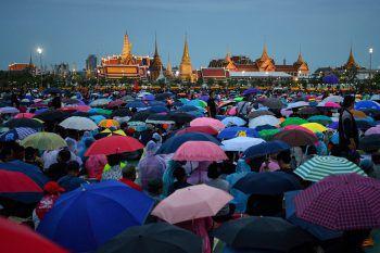 <p>Bangkok. Proteste: Tausende Menschen demonstrierten auf der Sanam Luang gegen die thailändische Regierung und fordern den Rücktritt von Prayut Chan-O-Cha. Fotos: AFP (5), Reuters</p>