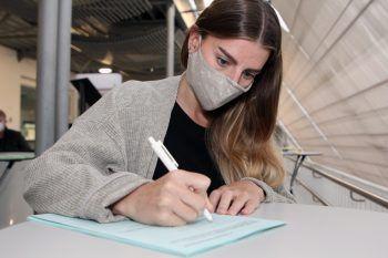 Bei den Wahlen am Sonntag darf das Wahllokal nur mit Mund-Nasenschutz betreten werden. Symbolfoto: KHBG