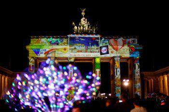 """<p>Berlin. Spektakulär: Das Brandenburger Tor wird im Rahmen des """"Festival of Lights"""" bunt ausgeleuchtet.</p>"""