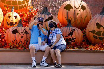 <p>Buena Park. Schaurig: Ein Paar schießt ein Selfie vor riesigen Halloween-Kürbissen auf der Knott's Berry Farm in Kalifornien.</p>