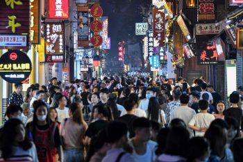 <p>Changsha. Eng: In der Fußgängerzone der Stadt in der chinesischen Provinz Hunan scheinen Abstandsregeln in Zeiten von Corona auf der Prioritätenliste nicht ganz oben zu stehen.</p>