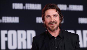 """<p class=""""title"""">Christian Bale</p><p class=""""title"""">Der """"Batman""""-Darsteller ging in der Schule eigenen Angaben zufolge durch die Hölle: Bale wurde von seinen Mitschülern über Jahre immer wieder verprügelt.</p>"""