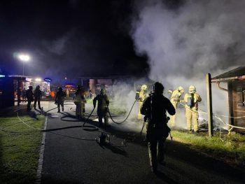Das Fahrzeug wurde durch das Feuer völlig zerstört.Foto: VOL Live/Vlach