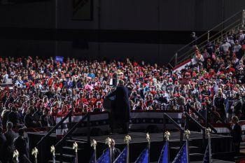 <p>Dayton. Versammlung: Donald Trump spricht auf dem internationalen Flughafen zu seinen Anhängern. Abstand? Fehlanzeige. Auch Masken haben die wenigsten an.</p>