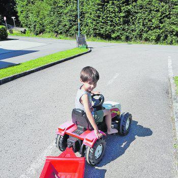 """<p class=""""caption"""">Der kleine Emanuel liebt es, Traktor zu fahren!Fotos: privat</p>"""