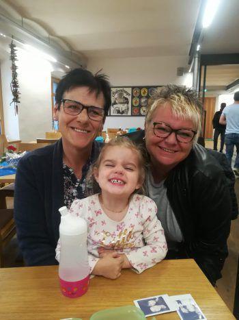 """<p class=""""caption"""">Die beiden Freundinnen Helga und Brigitte mit Enkelkind Mia.</p>"""