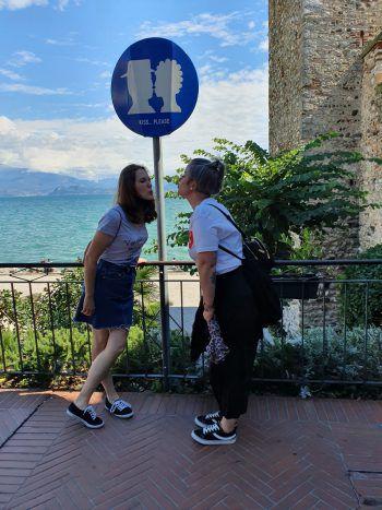 """<p class=""""caption"""">Die Freundinnen Vanessa und Jennifer genießen den Urlaub in Sirmione, Italien.</p>"""