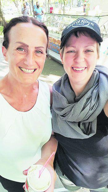 """<p class=""""caption"""">Die FreundinnenTanja und Nadine bei einem Ausflug in Bregenz.</p>"""