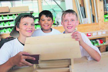 Die Handwerkerschule ist eine Kooperation der Wirtschaft Wolfurt, der Mittelschule Wolfurt und der Seniorenbörse. Hier sieht man: Kinder können fürs Handwerk begeistert werden.