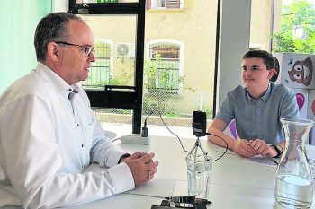 Dr. Gernot Längle im Interview mit aha Youth Reporter Lucas Ammann.Foto: handout/Ammann