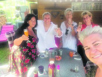 """<p class=""""caption"""">Eine tolle Mädelsrunde: Renate, Bea, Elke, Heidi und Märy.</p>"""