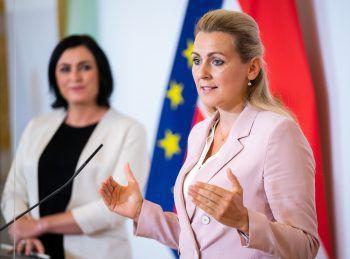 Elisabeth Köstinger und Christine Aschbacher (beide ÖVP) informierten zu den Arbeitslosenzahlen.Foto: APA