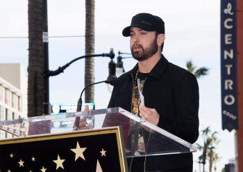 """<p class=""""title"""">               Eminem             </p><p>Im Song """"The Adventures of Moon Man und Slim Shady"""" schimpft US-Rapper Eminem nicht nur über korrupte Cops und die US-Regierung, sondern auch über """"Menschen, die Unschuldige ins Grab bringen, weil sie sich für einen Gesichtsschutz zu gut sind."""" Fotos: AFP</p>"""
