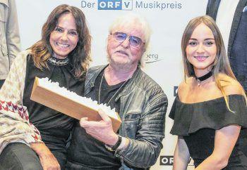 """<p class=""""caption"""">Familie Bilgeri gratulierte Reinhold herzlich zum Preis für sein Lebenswerk.</p>"""