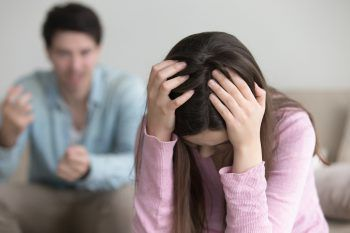 Er begann aus heiterem Himmel einen Streit und gab Sarah die Schuld dafür. Symbolfoto: Shutterstock