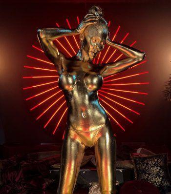 Für das Musikvideo wurde das Model von Kopf bis Fuß mit Farbe besprüht. Foto: Amenda Models