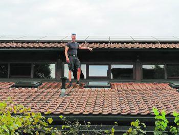 Fürs passende Foto unternimmt Hausmeisterei-Chef Wolfgang Greif gern einen Ausflug aufs Dach. Foto: Vorarlberger Kinderdorf