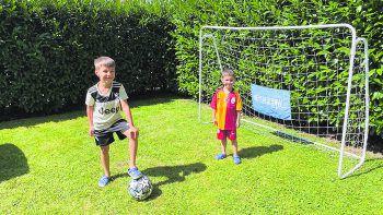 """<p class=""""caption"""">Ilkay und Koray spielen gerne Fussball zu Hause im Garten.Fotos: privat</p>"""