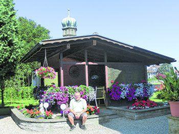 """<p class=""""caption"""">Im Garten zu arbeiten, das macht Helmut glücklich.</p>"""