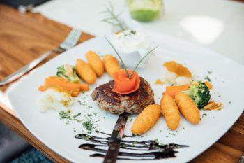 """<p class=""""caption"""">Im Gasthaus Engel genießen die Gäste traditionelle und gutbürgerliche Gerichte. Der Küchenchef empfiehlt: """"Steak mit Pfefferrahm-sauce, Kroketten und Gemüse – das schmeckt super!""""</p>"""