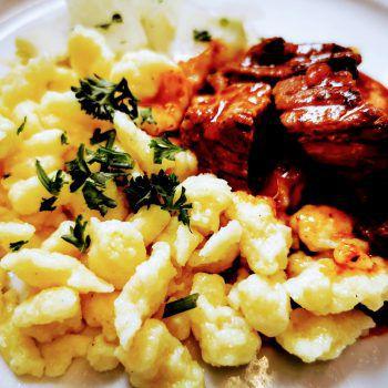 """<p class=""""caption"""">Im Restaurant Hohe Brücke der Ländle Gastronomie in Wolfurt gibt es täglich frische Gerichte mit Zutaten aus der Vorarlberger Landwirtschaft, wie beispielsweise Gulasch mit Spätzle.</p>"""