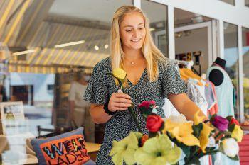 """Im Weltladen Wolfurt findet Elisa """"FAIR"""" gehandelte Artikel. Fotos: Sams; handout/Hefel, Bienenhaus"""