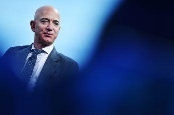 Jeff BezosDer Amazon-Gründer zahlte seiner Ex-Frau eine Abfindung von 38 Milliarden Dollar, also fast 3,5 Millionen Euro für jeden einzelnen Ehe-Tag. Die teuerste Scheidung der Welt! Aber halb so schlimm: Mit Firmenanteilen im Wert von 200 Milliarden Dollar, bleibt Bezos trotzdem der reichste Mann der Welt.