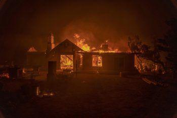 """<p>Juniper Hills. Flammeninferno: Ein Haus fällt den verheerenden """"Bobcat""""-Bränden in Kalifornien zum Opfer.</p>"""