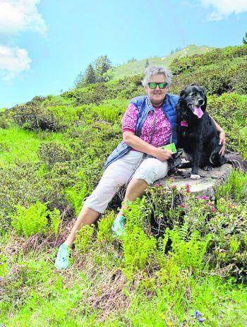 "<p class=""caption"">Klaudia wandert gerne mit ihrer Jessy in den Bergen.</p>"