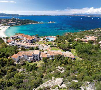 La Bisaccia****             Das beliebte Hotel liegt in traumhafter Panoramalage direkt am Meer und nur wenige Schritte von der Piazetta von Baja Sardinia. Eine Woche inklusive Flug, Flughafenparkplatz, Doppelzimmer Classic, Halbpension, zum Beispiel am 19. oder 26. September oder 3. Oktober gibt es bei High Life Reisen ab 1210 Euro pro Person.