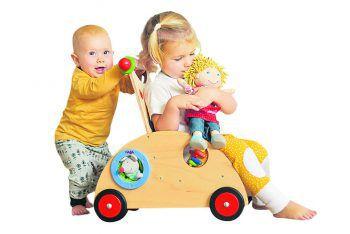 """<p class=""""caption"""">Lauflernwagen vom Bienenhaus: Die Kinder transportieren Bauklötze, Puppen und sogar sich selbst! Preis: 198 Euro. Preis Puppe: 29,90 Euro.</p>"""