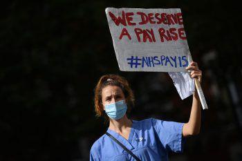 <p>London. Berechtigt: Medizinisches Personal demonstriert für höhere Gehälter.</p>
