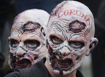 <p>London. Furchteinflößend: Zwei Demonstranten tragen Zombie-Masken auf einer Kundgebung gegen Corona-Restriktionen.</p>