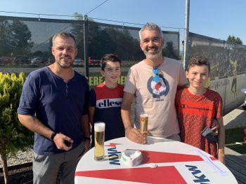 "<p class=""caption"">Mario Rist mit Michael, Samuel und David Benvenuti.</p>"