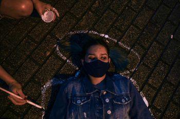 <p>Medellin. Symbolisch: Eine Frau lässt während</p><p>Protesten gegen Gewalt in Kolumbien ihre Silhouette auf dem Boden nachziehen.</p>