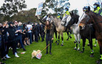 <p>Melbourne. Konflikt: Eine Demonstrantin stellt sich während eines Anti-Lockdown-Protests in Australien der Polizei in den Weg.</p>