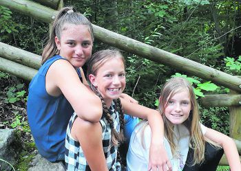 """<p class=""""caption"""">Michelle mit ihren besten Freundinnen Selina und Adele.</p>"""