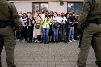 <p>Minsk. Frauenpower: Rund 2000 Frauen protestierten in der weiß-russischen Hauptstadt gegen den Präsidenten Alexander Lukaschenko. Bei den Protesten kam es zu Hunderten Festnahmen.</p>