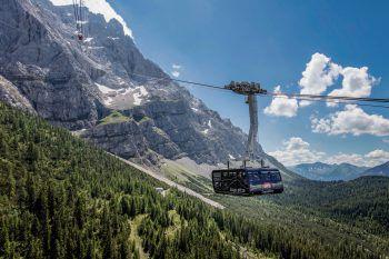 Mit der Zugspitzbahn kann während der 10-minütigen Fahrt zum Gipfelrestaurant das atemberaubende Panorama genossen werden.