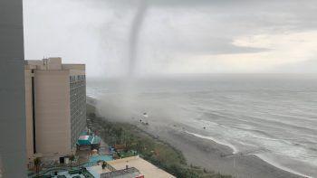 <p>Myrtle Beach. Spektakulär: Ein Tornado zieht über den Strand der Küstenstadt in South Carolina.</p>