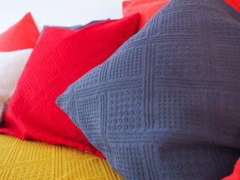 """<p class=""""title"""">               Nachhaltig             </p><p>Jacquard-Kissenhüllen aus zertifizierter Bio-Baumwolle, erhältlich in verschiedenen Farben. Preis: ab 12,95 Euro.</p>"""