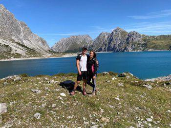 """<p class=""""caption"""">Natur pur: Für Theresa und Alex gibt es nichts Schöneres, als die Freizeit gemeinsam in den Bergen zu verbringen. Hier bei einem Ausflug am Lünersee.</p>"""