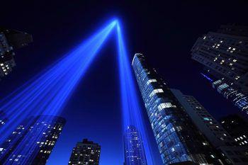 <p>New York City. Mahnend: Eine Lichtinstallation am Ground Zero in Manhattan zollt den Opfern des Anschlags auf das World Trade Center am 11. September 2001 Tribut.</p>
