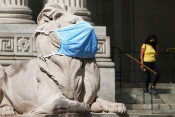 """<p>New York. Symbolisch: Die Löwen-Statue vor der """"New York Public Library"""", eine von drei öffentlichen Bibliotheken in New York City, wurde mit einer MNS-Maske ausgestattet.</p>"""