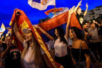 <p>Podgorica. Feierlichkeiten: Nach fast 30 Jahren an der Macht hat der montenegrinische Präsident Milo Djukanovic bei der Parlamentswahl die absolute Mehrheit verloren. Das wurde von der Opposition gefeiert.</p>