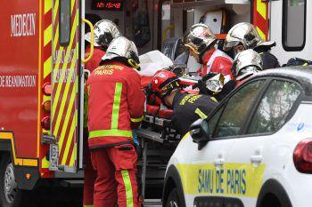 Rettungskräfte versorgen eine durch die Attacke verletzte Person. Foto: AFP