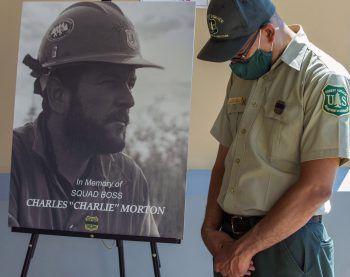 <p>San Bernardino. Trauernd: Ein Feuerwehrmann nimmt Abschied von seinem Kollegen Charles Morton, der bei einem Löscheinsatz in Kalifornien ums Leben kam.</p>