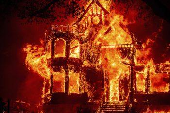 """<p>San Francisco. Raub der Flammen: Das Hotel """"Black Rock Inn"""" in St. Helena ist durch die Waldbrände in Kalifornien, die gestern drei Todesopfer forderten, komplett niedergebrannt. Fotos: APA/AP/AFP/Reuters</p>"""