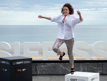"""San Sebastian. Jump: Die spanische Schauspielerin Garazi Urkola springt bei einem Fotoshoot für den Film """"Akelarre"""" während des 68. San Sebastian Film-Festivals."""